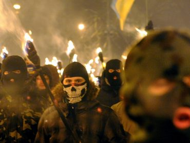 Факельное шествие освещает слабость власти или её безумие