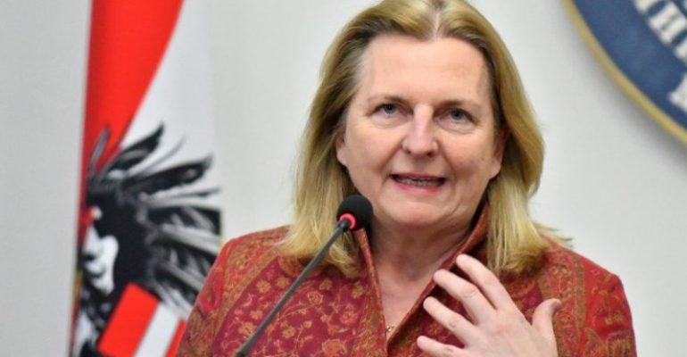 МИД Австрии отозвал из Израиля атташе за фото в нацистской футболке